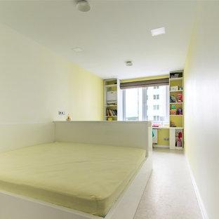 Diseño de dormitorio principal, contemporáneo, pequeño, sin chimenea, con paredes amarillas, suelo de corcho y suelo blanco