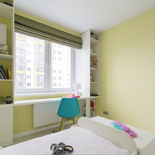 Inspiration för ett litet funkis huvudsovrum, med gula väggar, korkgolv och vitt golv