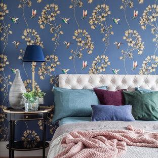 На фото: хозяйская спальня среднего размера в стиле современная классика с синими стенами и паркетным полом среднего тона