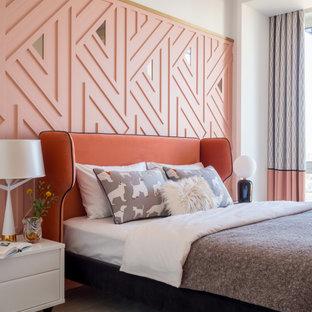 Пример оригинального дизайна: хозяйская спальня среднего размера в современном стиле с розовыми стенами, полом из ламината и бежевым полом