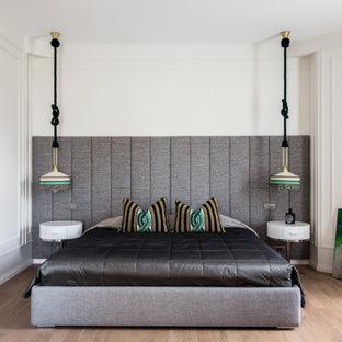 Пример оригинального дизайна: хозяйская спальня в современном стиле с белыми стенами, светлым паркетным полом и коричневым полом