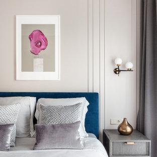 Стильный дизайн: спальня в современном стиле с серыми стенами, светлым паркетным полом и бежевым полом - последний тренд