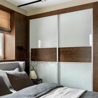 Идея дизайна: гостевая спальня среднего размера, (комната для гостей) в современном стиле с бежевыми стенами