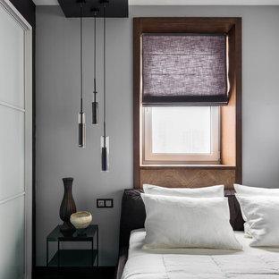 Неиссякаемый источник вдохновения для домашнего уюта: хозяйская спальня среднего размера в современном стиле с серыми стенами, темным паркетным полом и коричневым полом