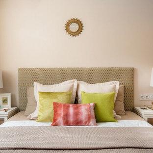 Свежая идея для дизайна: хозяйская спальня среднего размера в стиле современная классика с бежевыми стенами и паркетным полом среднего тона - отличное фото интерьера