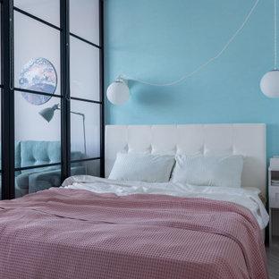 Ispirazione per una piccola camera da letto minimal con pareti blu e pavimento grigio