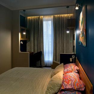 モスクワの小さいコンテンポラリースタイルのおしゃれな主寝室 (青い壁、コルクフローリング、茶色い床)