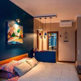 モスクワの小さいコンテンポラリースタイルのおしゃれな主寝室 (青い壁、コルクフローリング、茶色い床) のレイアウト