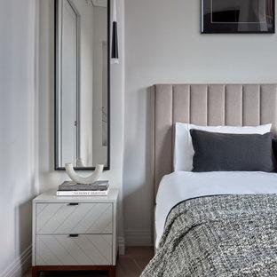 Пример оригинального дизайна: хозяйская спальня в современном стиле с белыми стенами, светлым паркетным полом, бежевым полом и кроватью у окна