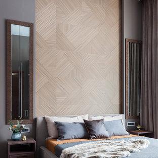 Imagen de dormitorio principal, contemporáneo, de tamaño medio, con paredes grises, suelo de madera en tonos medios y suelo amarillo