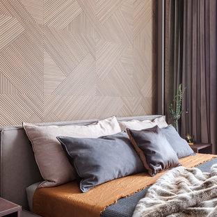 Idee per una camera matrimoniale minimal di medie dimensioni con pareti grigie, pavimento in legno massello medio e pavimento giallo