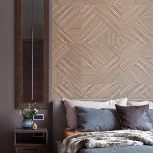 Mittelgroßes Modernes Hauptschlafzimmer mit grauer Wandfarbe, braunem Holzboden und gelbem Boden in Moskau
