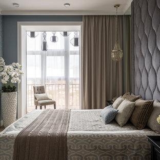 Неиссякаемый источник вдохновения для домашнего уюта: хозяйская спальня в стиле современная классика с синими стенами, паркетным полом среднего тона и коричневым полом