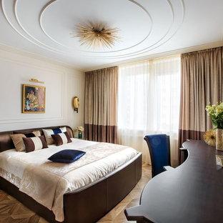 Пример оригинального дизайна: спальня в классическом стиле с бежевыми стенами, темным паркетным полом и коричневым полом