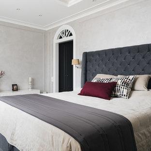 Пример оригинального дизайна: хозяйская спальня в классическом стиле с серыми стенами и темным паркетным полом