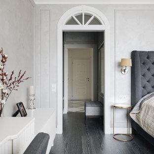 Стильный дизайн: хозяйская спальня в стиле современная классика с серыми стенами, темным паркетным полом и черным полом - последний тренд