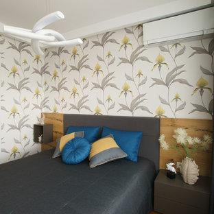 На фото: хозяйская спальня в современном стиле с разноцветными стенами
