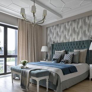 Пример оригинального дизайна: хозяйская спальня в стиле современная классика с серыми стенами, светлым паркетным полом и бежевым полом