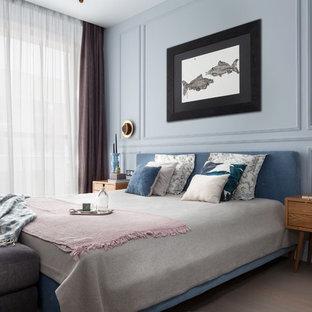 Свежая идея для дизайна: спальня в стиле современная классика с синими стенами, светлым паркетным полом и коричневым полом без камина - отличное фото интерьера