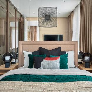 Свежая идея для дизайна: маленькая хозяйская спальня в современном стиле с бежевыми стенами и паркетным полом среднего тона - отличное фото интерьера