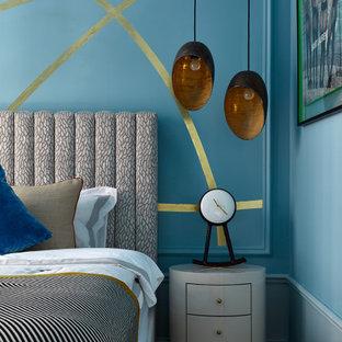 Пример оригинального дизайна: хозяйская спальня в современном стиле с синими стенами и коричневым полом