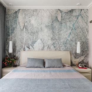Пример оригинального дизайна: хозяйская спальня среднего размера в современном стиле с светлым паркетным полом и разноцветными стенами без камина