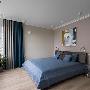 Стильный дизайн: хозяйская спальня в современном стиле с светлым паркетным полом - последний тренд