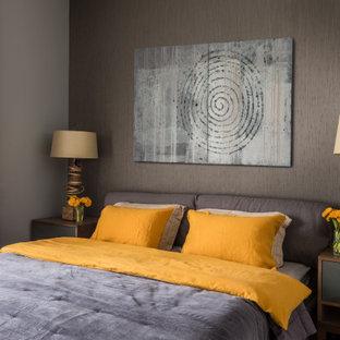 Ispirazione per una camera da letto minimal di medie dimensioni con pareti grigie, pavimento in legno massello medio e pavimento giallo