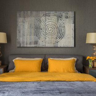На фото: хозяйская спальня среднего размера в современном стиле с серыми стенами, паркетным полом среднего тона и желтым полом с