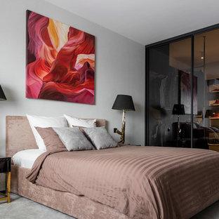 На фото: хозяйская спальня в современном стиле с серыми стенами, ковровым покрытием и серым полом с