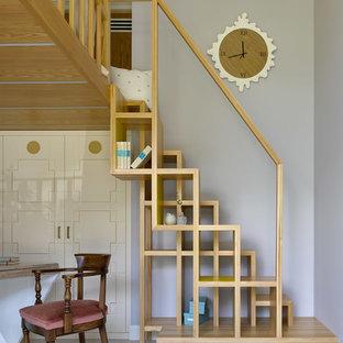 Свежая идея для дизайна: спальня среднего размера на антресоли в современном стиле с серыми стенами, бетонным полом и белым полом без камина - отличное фото интерьера