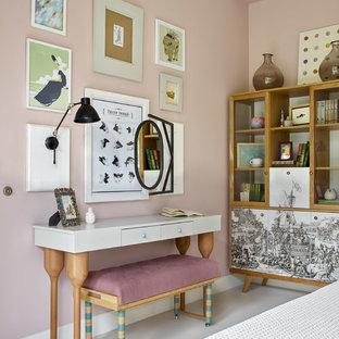 Идея дизайна: хозяйская спальня среднего размера в современном стиле с розовыми стенами, бетонным полом и белым полом без камина