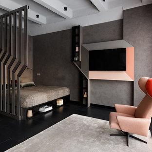 Идея дизайна: хозяйская спальня в современном стиле с серыми стенами, деревянным полом и черным полом