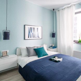 На фото: хозяйская спальня в современном стиле с светлым паркетным полом, синими стенами и бежевым полом без камина с