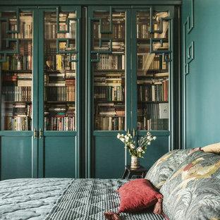 モスクワの中サイズのエクレクティックスタイルのおしゃれな主寝室 (緑の壁、塗装フローリング、標準型暖炉、木材の暖炉まわり、黒い床) のインテリア