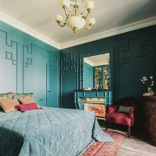 Пример оригинального дизайна: хозяйская спальня среднего размера в стиле фьюжн с зелеными стенами, деревянным полом, фасадом камина из дерева и коричневым полом