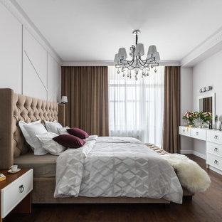 Неиссякаемый источник вдохновения для домашнего уюта: спальня в стиле современная классика с белыми стенами, темным паркетным полом и коричневым полом