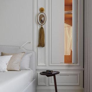 Свежая идея для дизайна: хозяйская спальня в стиле современная классика с белыми стенами и коричневым полом - отличное фото интерьера