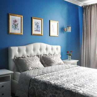 Imagen de dormitorio principal, contemporáneo, pequeño, sin chimenea, con paredes azules, suelo laminado y suelo marrón