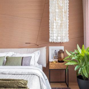 Пример оригинального дизайна: хозяйская спальня среднего размера в современном стиле с оранжевыми стенами и бежевым полом