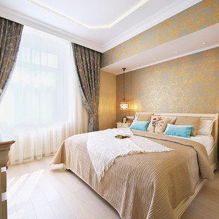 Создайте стильный интерьер: маленькая хозяйская спальня в стиле современная классика с бежевыми стенами и светлым паркетным полом - последний тренд