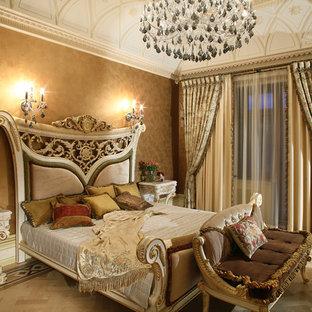 Идея дизайна: хозяйская спальня в викторианском стиле с коричневыми стенами без камина