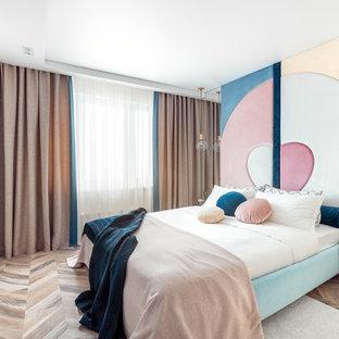 Свежая идея для дизайна: хозяйская спальня среднего размера в современном стиле с разноцветными стенами, полом из ламината и коричневым полом - отличное фото интерьера