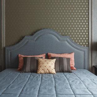 Идея дизайна: спальня в стиле современная классика с коричневыми стенами