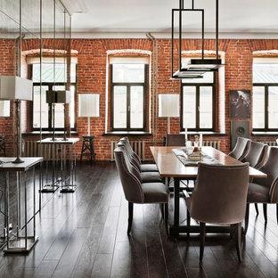Esempio di una grande sala da pranzo industriale chiusa con parquet scuro, nessun camino e pareti con effetto metallico