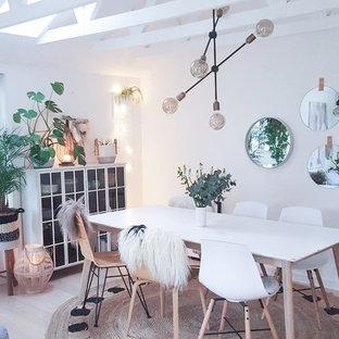 Diseño de comedor de cocina nórdico, de tamaño medio, con paredes blancas, suelo de madera clara y suelo beige