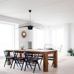 Modelo de comedor escandinavo, de tamaño medio, con paredes blancas, suelo de madera clara y suelo beige