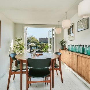 Idées déco pour une salle à manger rétro de taille moyenne avec un mur blanc, un sol en bois peint, aucune cheminée et un sol blanc.