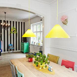 Inspiration för en mellanstor eklektisk matplats, med vita väggar och mellanmörkt trägolv