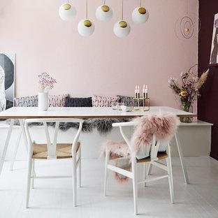 Foto di una sala da pranzo nordica con pareti multicolore e pavimento in legno verniciato